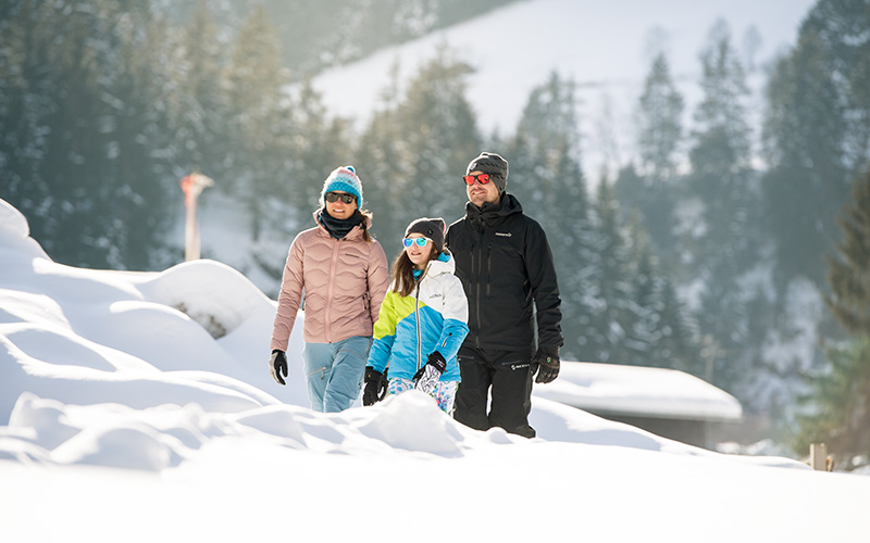 Familie beim Winterwanderung